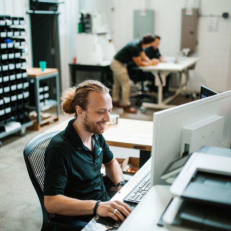 warehouse personal managing orders